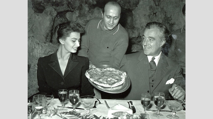 Italians and food: a photographic journey of 100 years